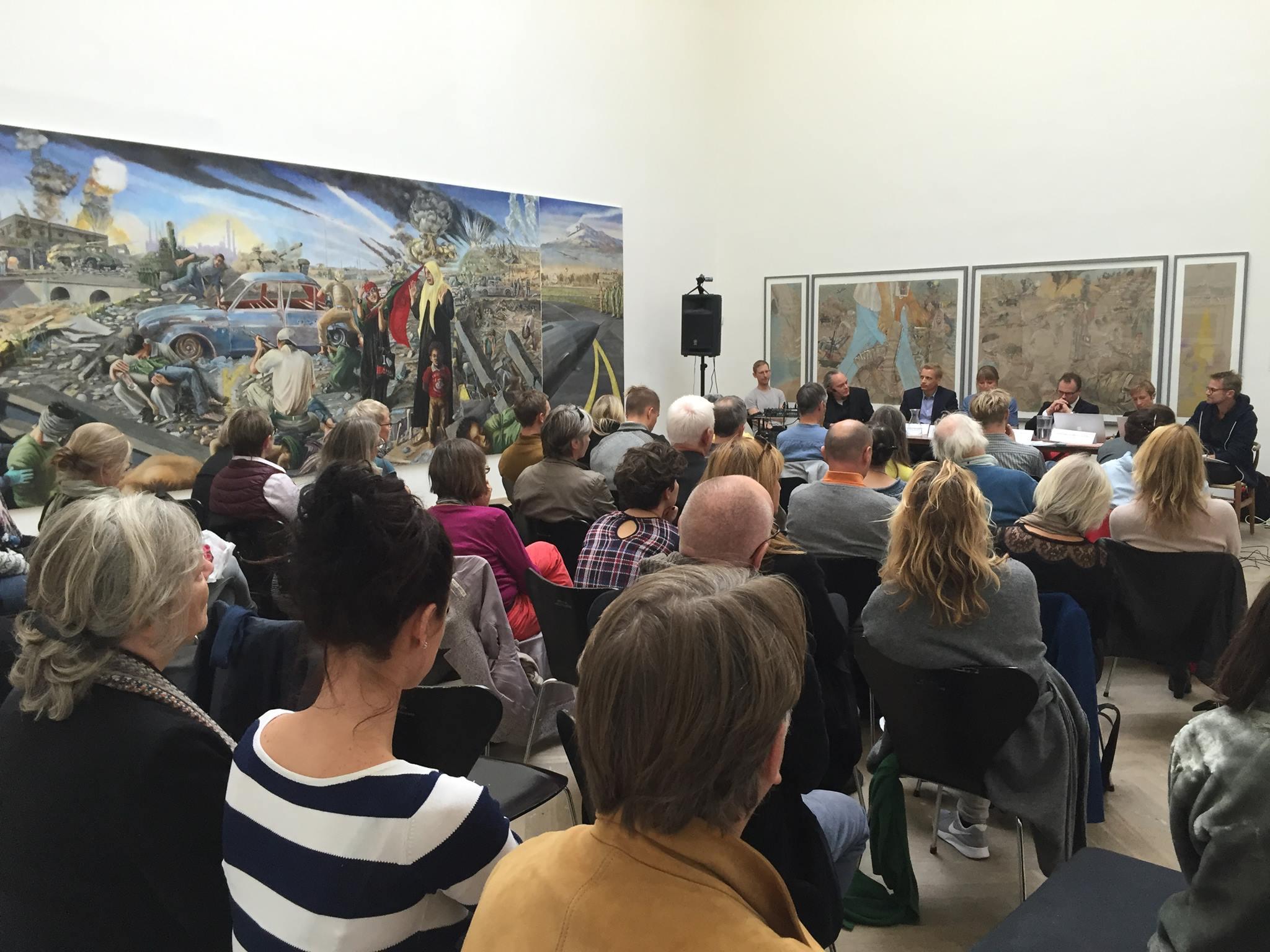 En pakket sal til Symposium om krigens kunst vs. krigskunst.