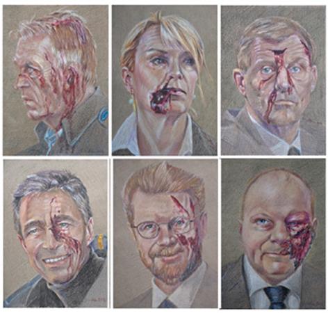 Under titlen »Ramt« har kunstneren Simone Aaberg Kærn tegnet 15 portrætter af stats-, udenrigs- og forsvarsministre, der har været med til at sende danske soldater i krig i nyere tid – og påført portrætterne krigsskader. Farveblyant tegninger på groft papir, 19×29 cm.